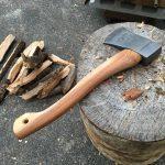 ブッシュクラフト用の手斧、ハルタフォース(Hultafors)スカウトの柄を削る。